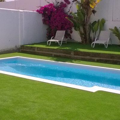 césped y piscina