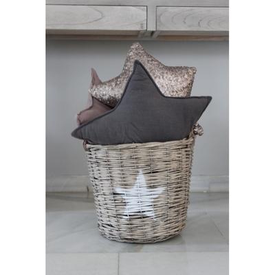 Cesta de mimbre y cojines en forma de estrella