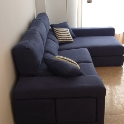 Sofá con chaise longue.