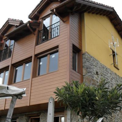Chapeado de fachada con PVC y ventanas.