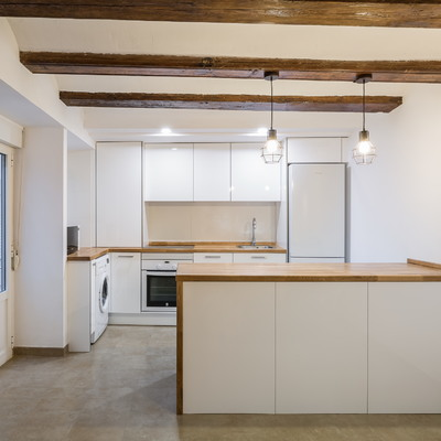 Un pequeño apartamento con vigas de madera vista