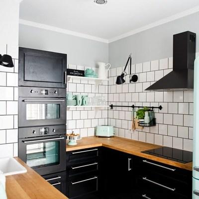 Cocina abierta con electrodomésticos de colores