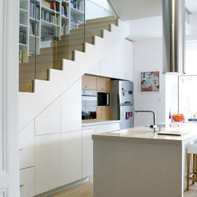 Cocina bajo hueco escalera