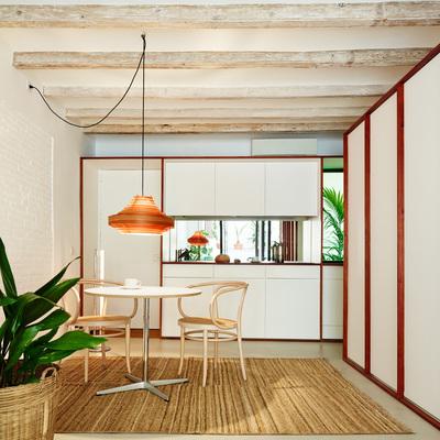 Cocina blanca en espacio unitario