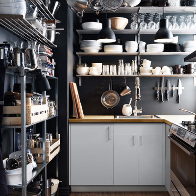 cocina con baldas y rieles en paredes y techo