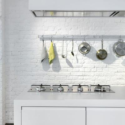 cocina con campana extractora blanca