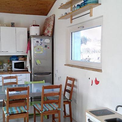 Cocina con la nueva ventana abierta al paisaje