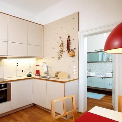 Color en cadena: una casa compacta y desahogada