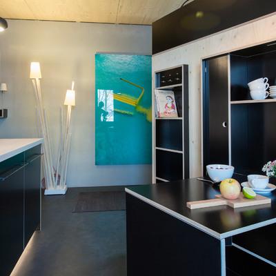 Cocina con mueble auxiliar