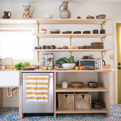 cocina con muebles abiertos