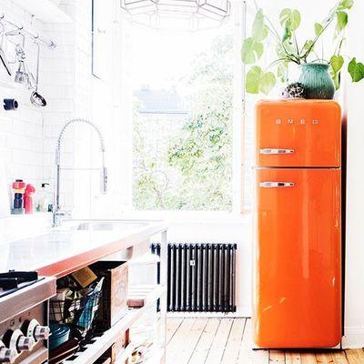 Cocina con nevera smeg en naranja