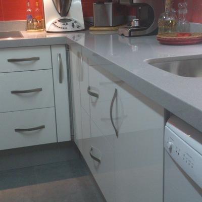 Cocina con puertas en alto brillo blanco. Modelo 7
