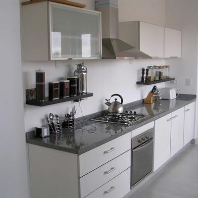Cocina con Silestone gris brillo