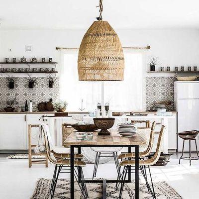 Cocina estilo étnico con gran mesa para comer