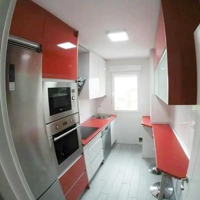 Cocina a medida, colores combinados en rojo y blanco brillo