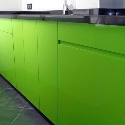 Cocina con puertas lacadas en color