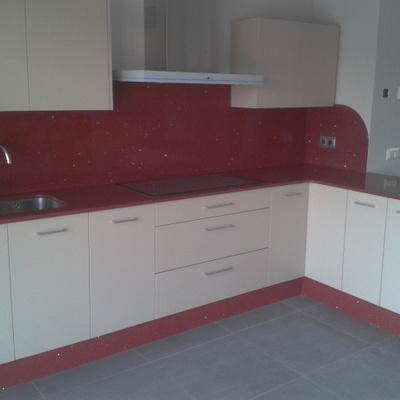 Cocina Silestone Rojo Estelar.