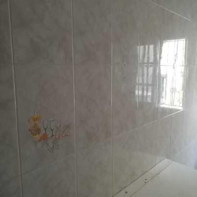 Reforma de cocina cambiando el estilo de alicatado en todas las paredes a el estilo actual de alisar las paredes.