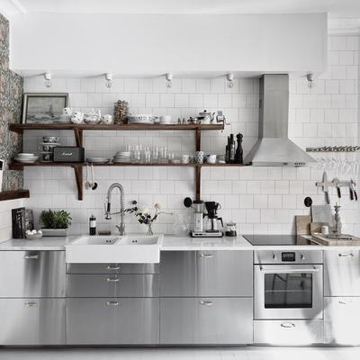 Cocina industrial con baldosas blancas