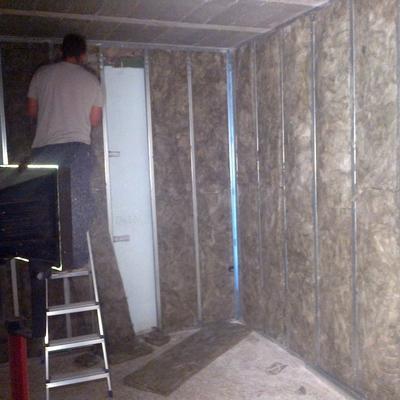 Colocación aislamiento térmico en trasdosado y tabiquería divisoria en habitaciones