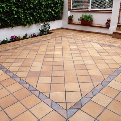 Colocación de suelo con losa gres en patio exterior  de vivienda