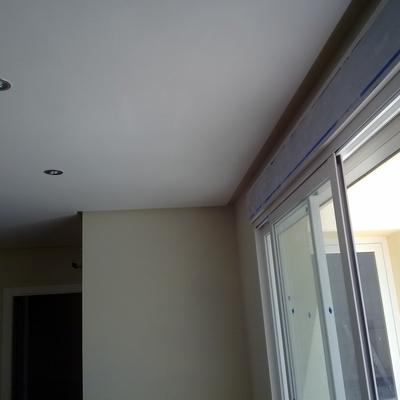 Colocación de techo de escayola con oscuro perimetral en toda la vivienda.