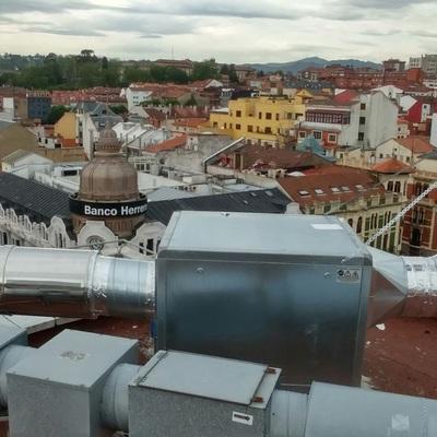 Colocación de tubo extracción de airea de 400 IP30 en edificio del centro de Oviedo.