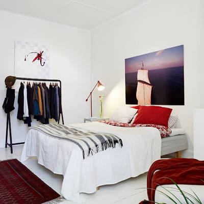 Combina el color blanco de la pared con sábanas y colchas del mismo tono
