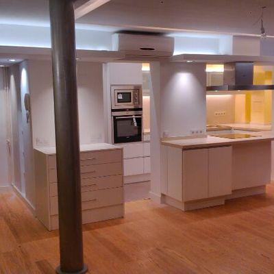 Reforma integral de vivienda con parqué natural y cocina lacada en blanco