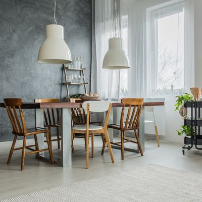Aprende a combinar diferentes sillas con tu decoración