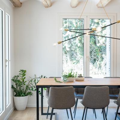 Casa de verano para todo el año: luz natural y espacios fluidos