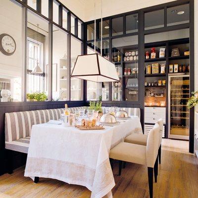 Separa ambientes con paneles y puertas de cristal