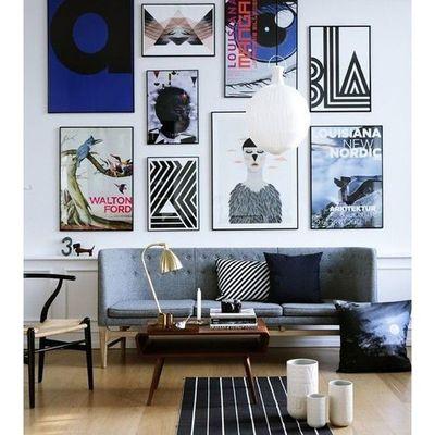 composición de cuadros detrás del sofá