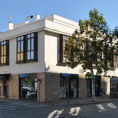 Viviendas y locales en Calle Medina 77. Jerez de la Frontera.