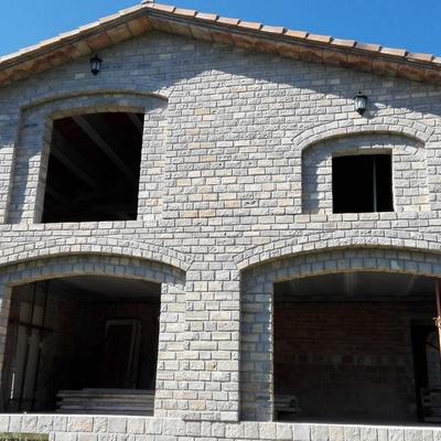 Construcción de casa rústica en piedra natural.