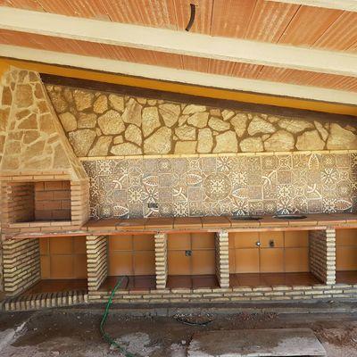Construcción de garaje, barbacoa y pintura decorativa