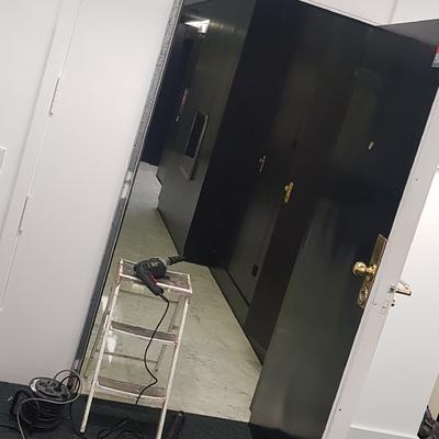 Instalación control de accesos biométrico en puerta blindada