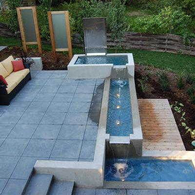 Corriente de agua en el jardín
