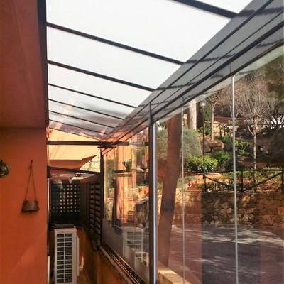 Instalación de techo fijo de vidrio mateado y cortina de cristal en Marbella