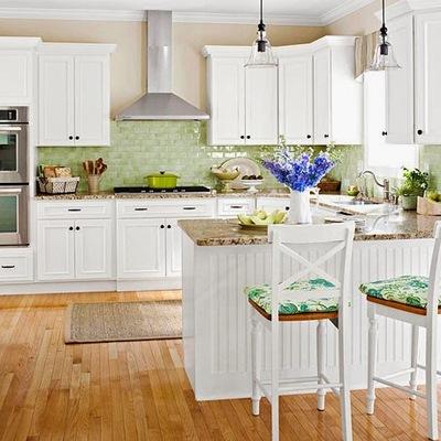 Cocina blanca suelo madera