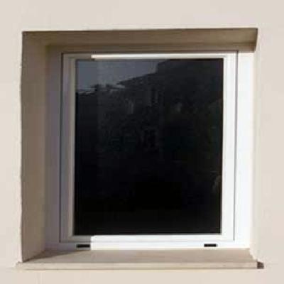 Cristal semitransparente y ventana de aluminio blanco. Vista exterior.