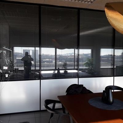 Limpieza de cristales en nave oficina