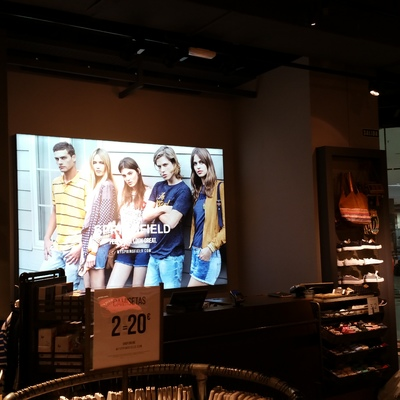 Cuadro luminoso, en la tienda Springfield, del Centro Comercial Atlántico