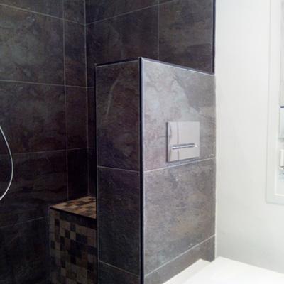 Cuarto de baño principal con ducha de obra.