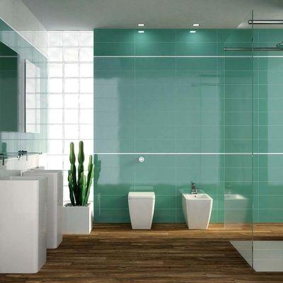Cuarto de baño verde con suelo de madera