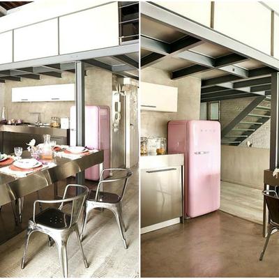 Cocina industrial con nevera rosa