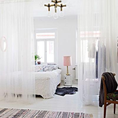 Dormitorio romántico con cortina blacas
