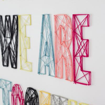 define tus letras con clavos y hazlas con lanas de colores - Letras Decorativas