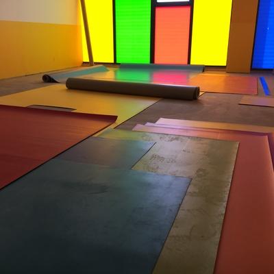 Instalación suelos y paredes de guardería con vinilos heterogéneos en variedad de colores.