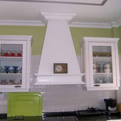 Detalle campana cocina funcional blanco sucio.